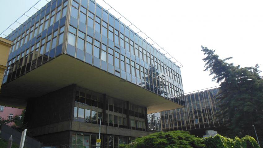 Pragerovy kostky na Praze 2 jsou ve špatném stavu. Opraveny mají být do konce roku 2022