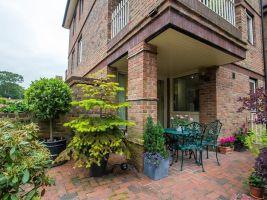 Přízemní byt doplňuje v exteriéru terasa rozšiřující se v malý dvorek