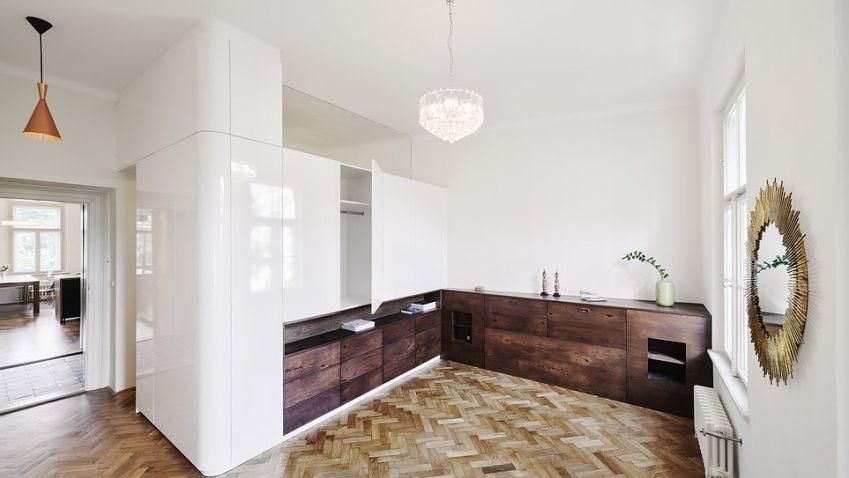 Rekonstrukce bytu na Praze 7 od ABTSMOLEN nabízí stylové zázemí v srdci Letné