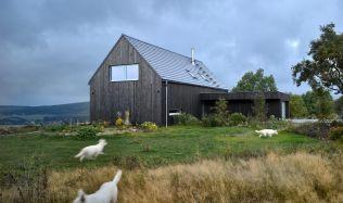 Rodinný dům inspirovaný tradičním stavitelstvím zapadá do krušnohorské krajiny
