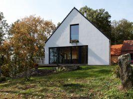zdroj Stempel Tesař architekti Popisek: Rodinný dům nad rybníkem navazující na bývalou stáj venkovské usedlosti, Karasy