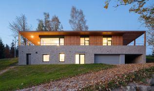 Rodinný dům vystavěný na svažitém pozemku nabízí majitelům výhled na přehradu