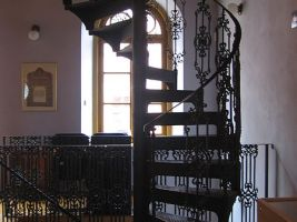 zdroj WIkimedia commons/ Jik jik Popisek: Horská synagoga v Hartmanicích, schodiště