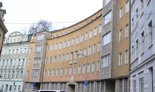 Sídlila zde policie, gestapo i StB. Nyní jde objekt v Karlových Varech k zemi