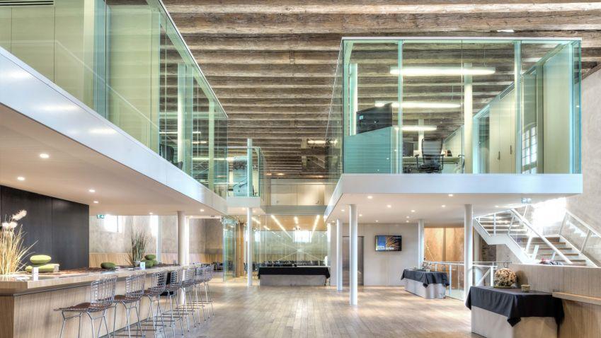 Sklo se stává dominantním materiálem interiérů