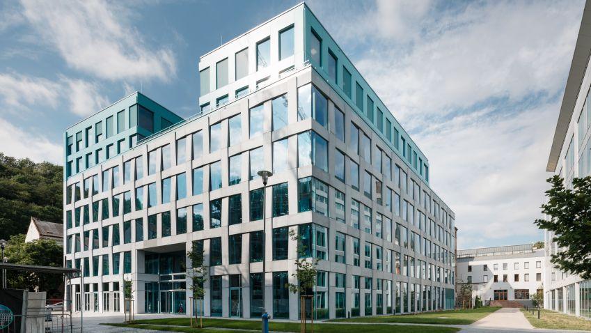 Společnost CBRE Global Investors kupuje od společnosti Skanska prémiovou kancelářskou budovu v Praze