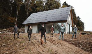 Stavba prvního soběstačného domu v Česku se chýlí ke konci, objekt už si sám vyrábí a ukládá elektřinu