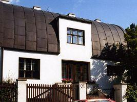 zdroj Wikimedia commons/ Headjoin  Popisek: Steinerův dům ve Vídni