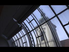 Štencův dům – čtyřválcové okno bývalého fotoateliéru, v pozadí kostel U Salvátora