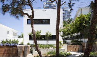U House in Tel Aviv, Israel by Ronnie Alroy Architects