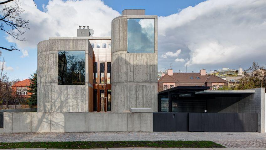 Unikátní městská vila Procházkova 3 v Praze Podolí od architekta Josefa Pleskota i přes betonový plášť skvěle zapadá do stávající zástavby