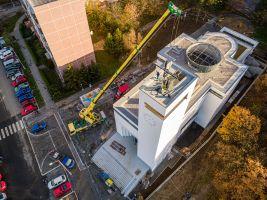 usazování kříže na vrcholu kostela, foto: Jakub Šerých