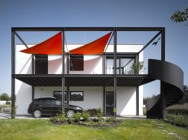 Úsporný rodinný dům s velkou terasou a dílnou pro automobilového závodníka, Bašť