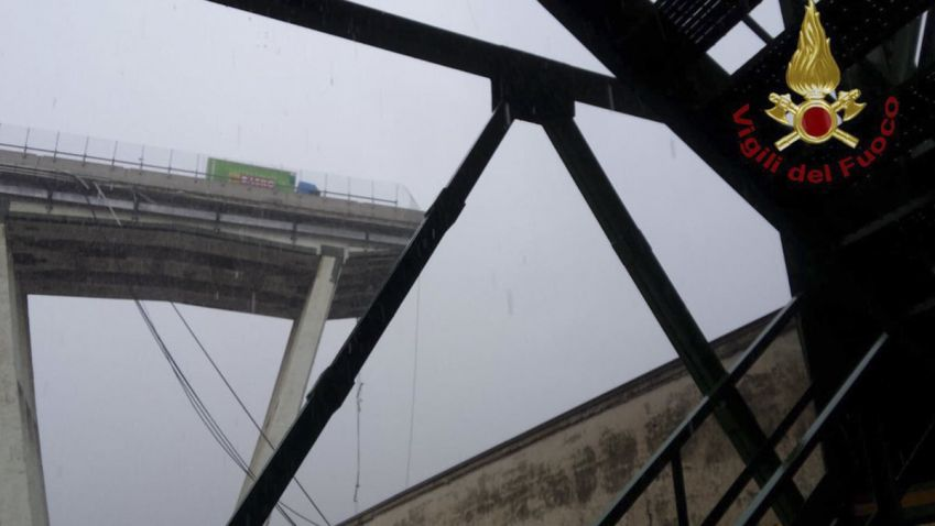 V italském Janově se zřítila část mostu, v tu chvíli na něm jezdila auta