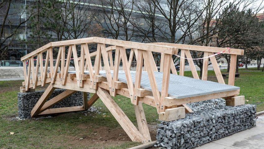 V Krkonoších instalovali lávku navrženou studenty architektury ČVUT v Praze