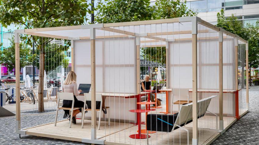 V okolí BB Centra vznikl nový venkovní coworkingový prostor. Je otevřený i veřejnosti