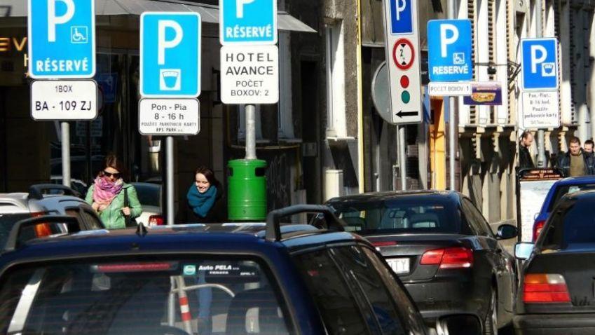 Vallova parkovacia reforma je odvážna, má ale zatiaľ veľa dier