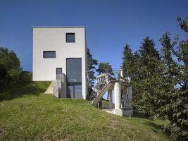 Ve svažitém pozemku nad Berounkou stojící minimalistický a racionální pasivní rodinný dům – věž, Všenory
