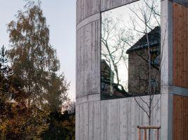 zdroj archiweb.cz Popisek: Zrcadlící se stěny přivádí do domu spoustu světla