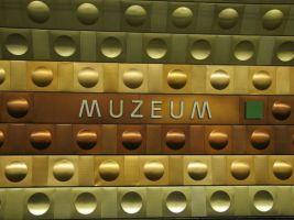 """zdroj Wikimedia commons/ Vitezslava Popisek: Otrubův design na obložení staničních tunelů metra trasy """"A"""" pomocí barevných hliníkových desek"""