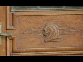 Detail dveří do zahradys československým motivem