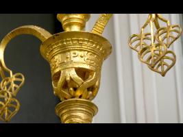 Ozdobná zlacená mříž s motivy s československými motivy