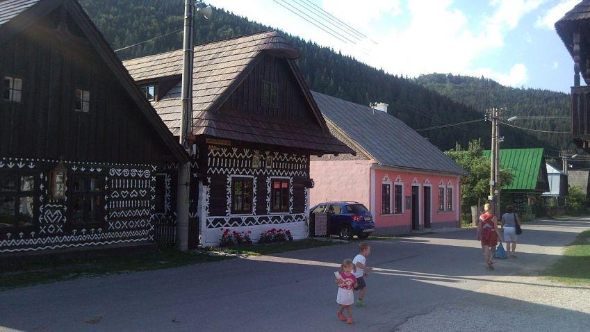 Vymírající Čičmany na Slovensku může zachránit římskokatolická církev