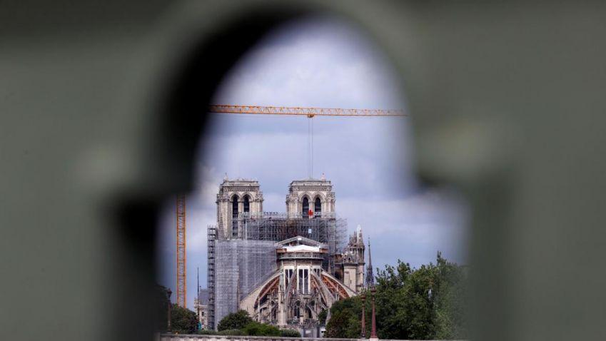 Z katedrály Notre-Dame začaly mizet dvě tuny poškozeného lešení