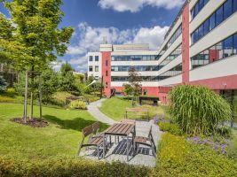 Zahrada u budovy G nabízi místo pro práci i relaxaci všem nájemcům v objektu