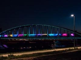 Rozsvícený Hendrixův most, projíždějící vlak aktivoval světelnou show