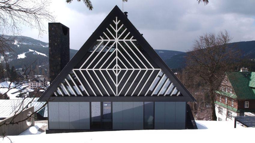 Zajímavá vila v horském středisku s geometrickými prvky má za úkol překonat generace