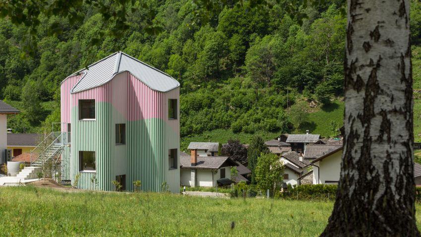 Zeleno-růžový dům v údolí Calanca ve Švýcarsku