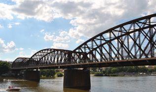 Železniční most pod Vyšehradem nelze opravit, tvrdí další studie