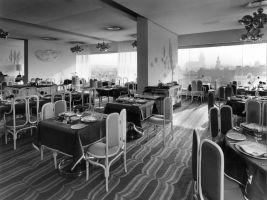 Historická fotografie restaurace Zlatá Praha spolu s venkovní terasou se nachází v devátém patře hotelu InterContinental Praha